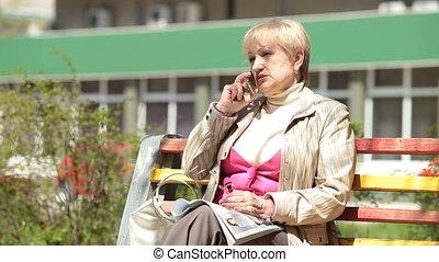 conversation, femme aînée, cellphone
