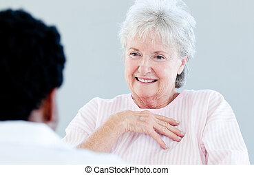 conversation, femme aînée, docto