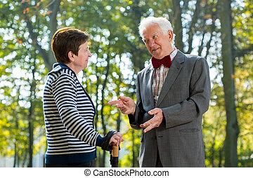 conversation, femme aînée, homme