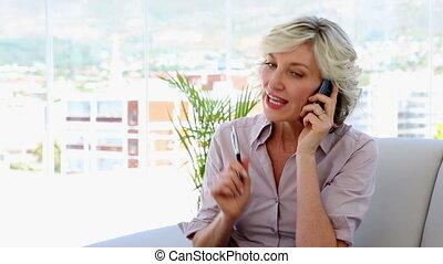 conversation, femme affaires, téléphone