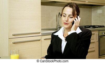 conversation, femme affaires, téléphone, heureux