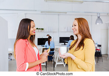 conversation, femmes, heureux, bureau, créatif