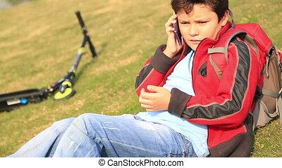 conversation, garçon, extérieur, jeune, cellphone
