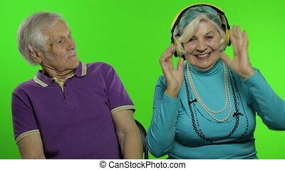 conversation, hugging., clã©, jouir de, personne agee, famille, vieux, chroma, mûrir, grands-parents, couple