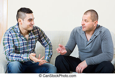 conversation, intérieur, deux, hommes, entre