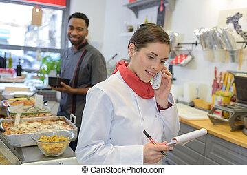 conversation, jeune, téléphone, écharpe, femme, cuisinier, rouges