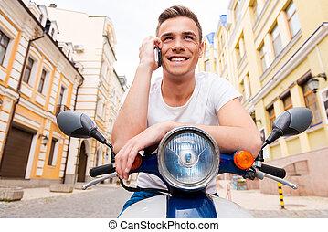conversation, mobile, jeune, free., séance, téléphone, homme, gai, scooter