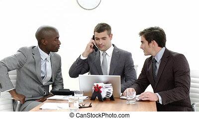 conversation, ordinateur portable, trois, téléphone, hommes affaires, utilisation, réunion