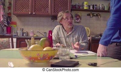 conversation, personne âgée hommes, deux, cuisine