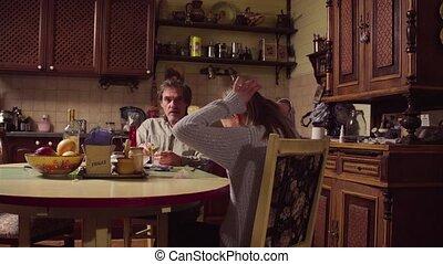 conversation, petite-fille, papy, cuisine