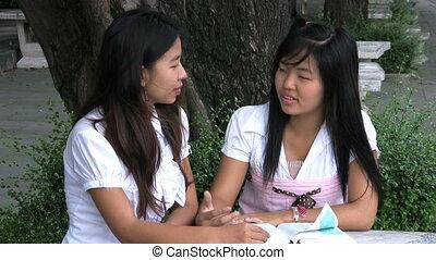 conversation, prier, filles, deux, asiatique