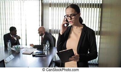 conversation, réunion, téléphone, hommes affaires, pendant, crier, secrétaire