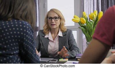 conversation, sourire, clients, conseiller financier