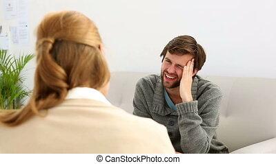 conversation, thérapeute, jeune, séance, homme, sofa