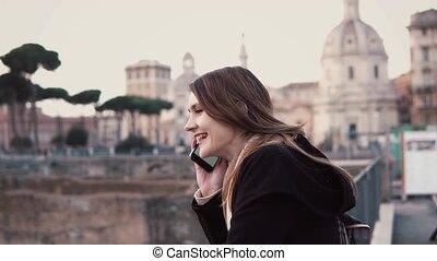 conversation, ville, marche, femme, touriste, forum., centre, téléphone, sourire., romain, brunette, femme