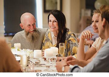 convidados casamento, socialising, em, jantar