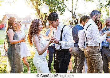 convidados, dançar, em, recepção casamento, exterior, em, a, backyard.
