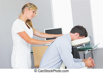 Convidar, hombro, masajista, clientes, silla, masaje