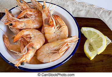 Cooked shrimps with slices of lemon