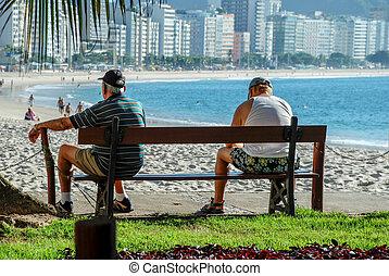 copacabana, emberek ül, két, öregedő, bírói szék, tengerpart