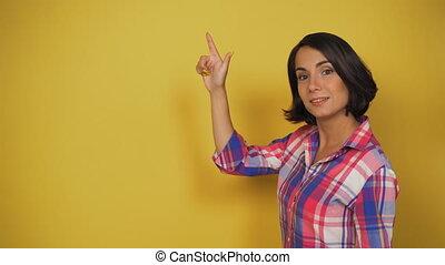 copie, femme, fond, elle, qualité, smiles., espace, doigt, brunette, jeune, élevé, jaune, points, marques, poteau indicateur, studio.