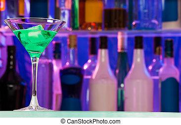 copo coquetel, com, verde, álcool, bebida, em, barzinhos