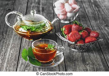 copo, madeira, chá, transparente, rústico, vidro, morangos, verde, gostosa, tabela, marshmallows., hortelã, bule, verão, moranguinho
