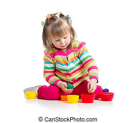 copo, sobre, isolado, tocando, brinquedos, criança, branca, menina