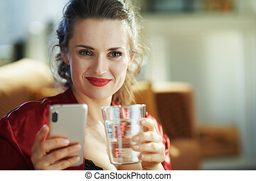 copo, trendy, mulher, app, água, localizando, usando, feliz