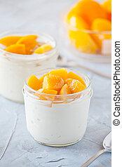 copos, de, yogurt, com, escalfado, pêssego