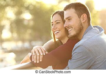 coppia abbracciando, a, tramonto, in, uno, balcone