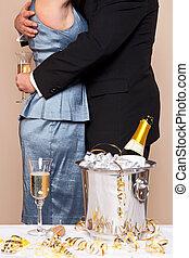 coppia abbracciando, con, champagne