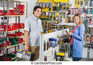 coppia, acquisto, attrezzi, in, ferramenta