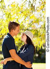 coppia adolescente, abbracciare, fuori