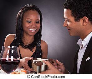 coppia, africano, regalo, mani