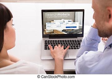 coppia, alberghi, laptop, ricerca, linea