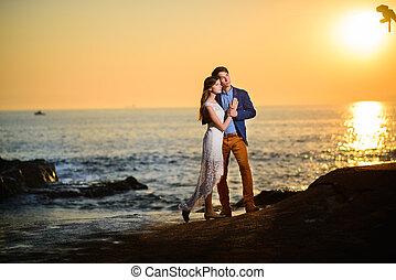 coppia, amore, osservare, uno, tramonto, spiaggia