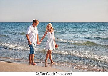 coppia amorosa, camminare, su, il, mare, spiaggia, a, estate, con, il, bouque