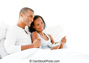 coppia amorosa, detenere, colazione, dire bugie, su, loro, letto