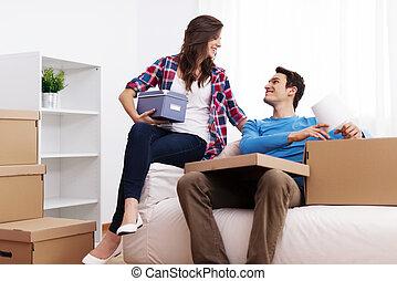 coppia amorosa, disimballaggio, in, loro, casa nuova