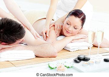 coppia amorosa, godere, massaggio posteriore, giovane