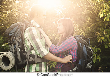 coppia amorosa, in, foresta, a, tramonto