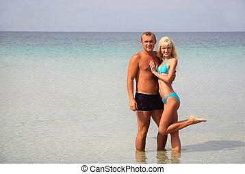 coppia amorosa, su, il, mare, spiaggia, a, estate