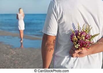 coppia amorosa, -, uomo, con, bouquet fiore, attesa, suo, donna, su, il, mare, spiaggia, a, estate, -, il, romantico, datazione, o, matrimonio, o, giorno valentines, concetto