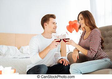 coppia amorosa, vino beve, durante, romantico, sera, a casa