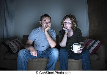 coppia, annoiato, osservare televisione