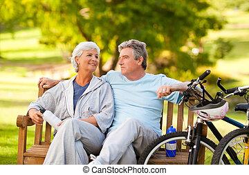 coppia anziana, con, loro, biciclette