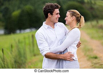 coppia, bello, giovane, abbracciare