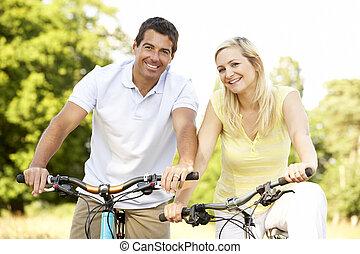 coppia, biciclette passeggiare, in, campagna