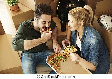 coppia, casa commovente, consumo pizza